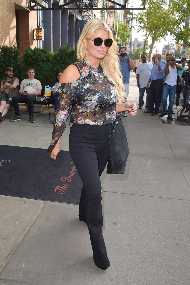 Jessica Simpson in Floral Outfit -11