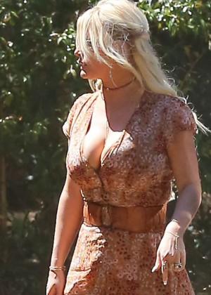 Jessica Simpson out in Calabasas