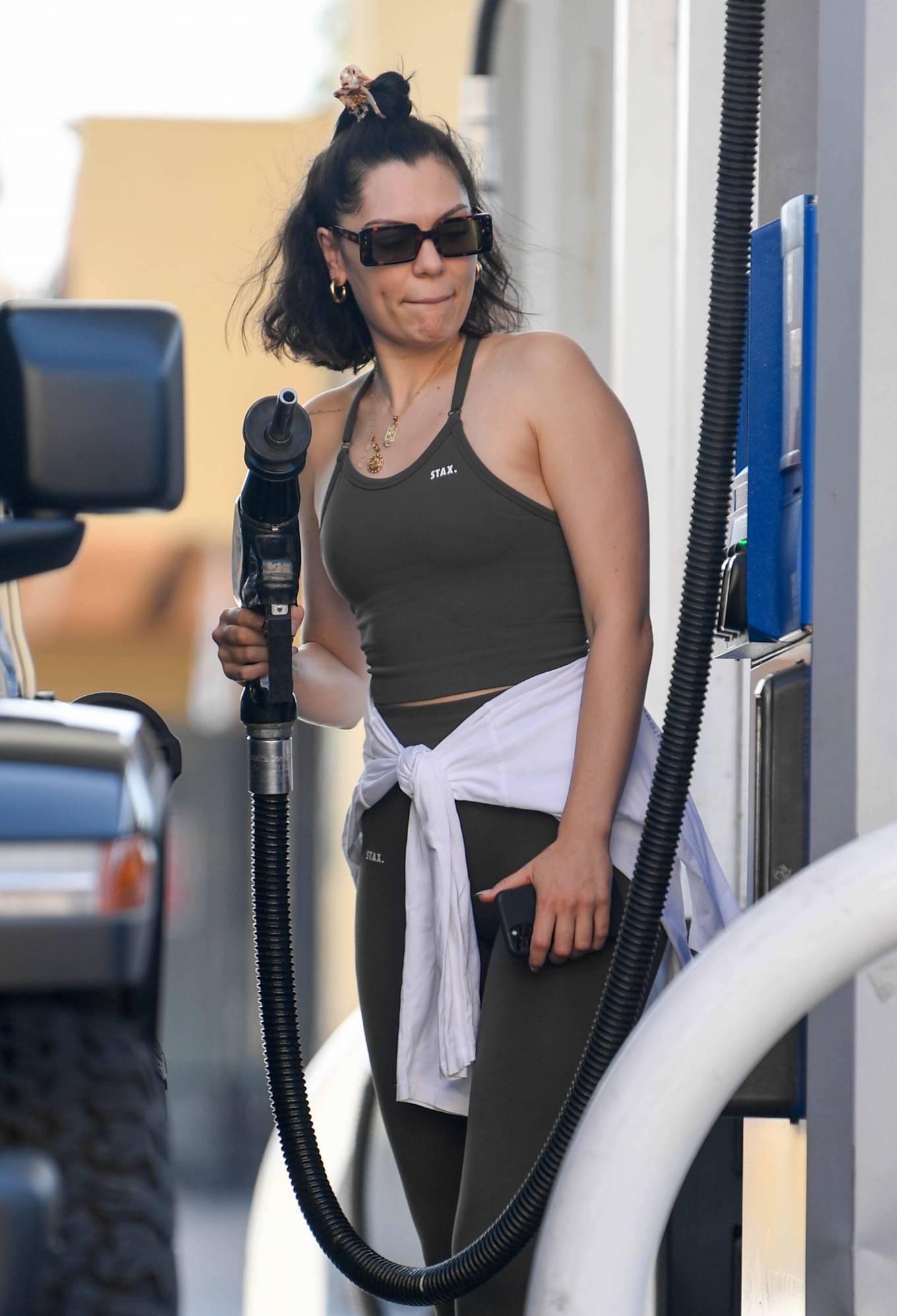 Jessie J 2021 : Jessie J – Seen fueling in Los Angeles-08