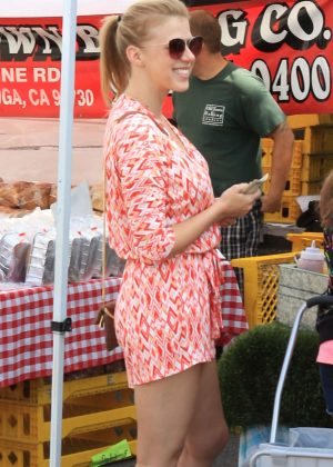 Jodie Sweetin shopping at the farmers market in Studio City