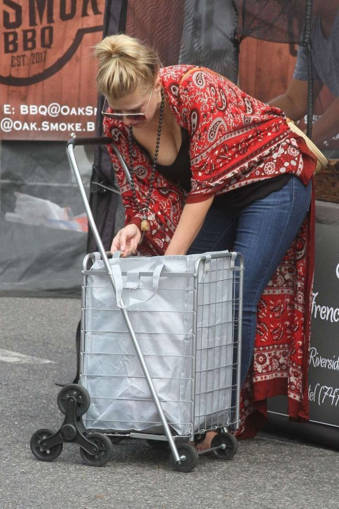 Jodie Sweetin - Shopping Candids at Farmers Market In Los Angeles