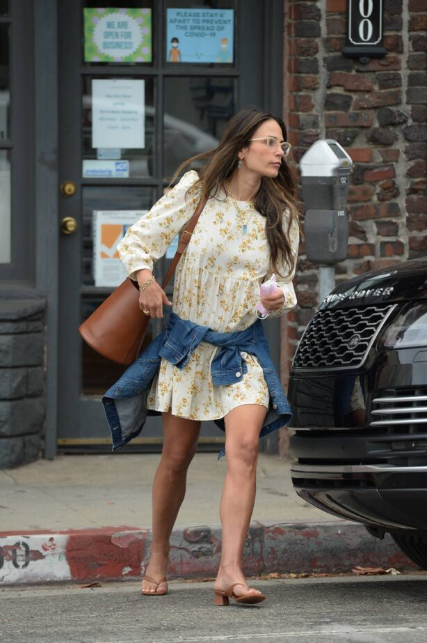 Jordana Brewster - Picking up a pizza in Los Angeles