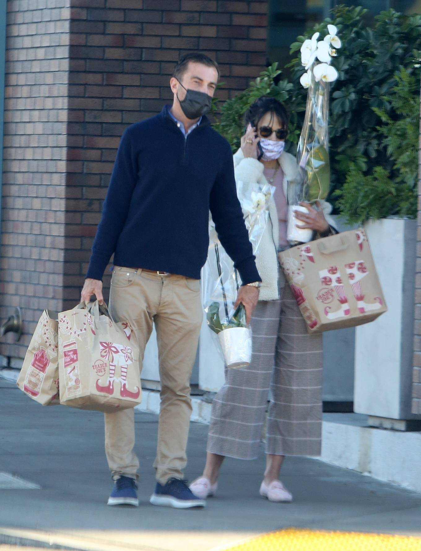 Jordana Brewster - Seen with orchids for New Year's Eve in Los Angeles