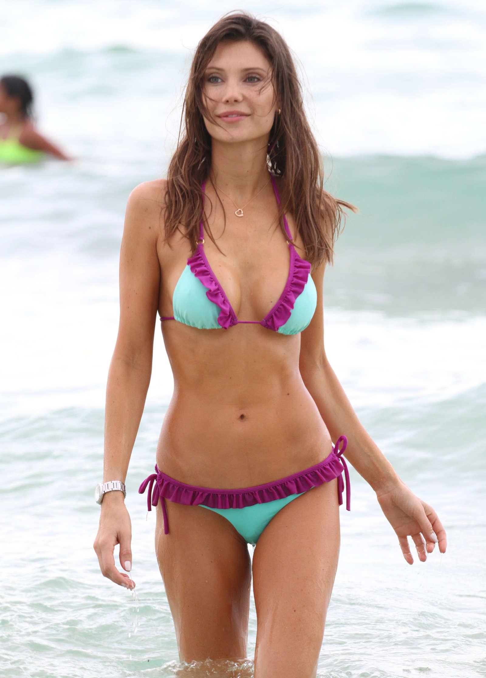 Gorgeous Sexy babe Julia Pereira – Sizzling Bikini Candids in Miami!