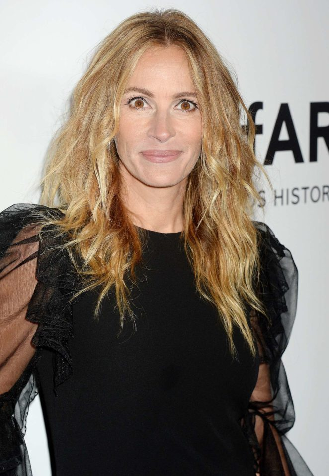 Julia Roberts - amfAR Gala Los Angeles 2017 in Beverly Hills
