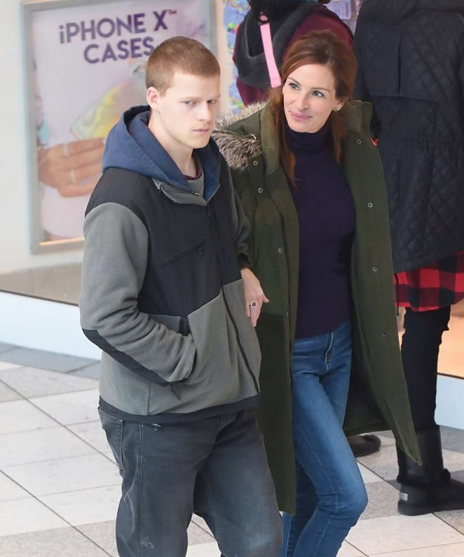Julia Roberts and Lucas Hedges - Filming 'Ben is Back' in White Plains