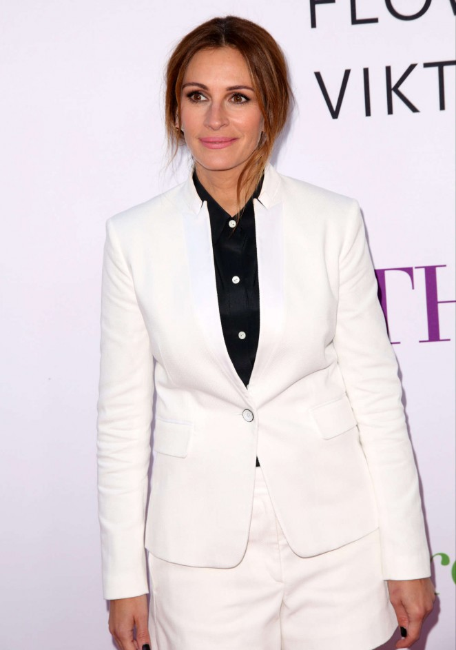 Julia Roberts – 'Mother's Day' Premiere in Hollywood