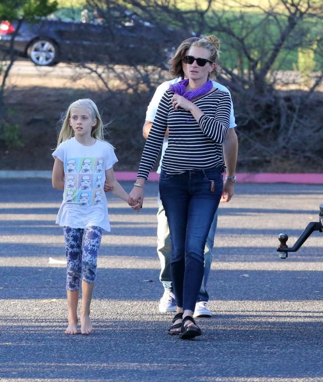 Julia Roberts Out And About In Malibu 07 Gotceleb