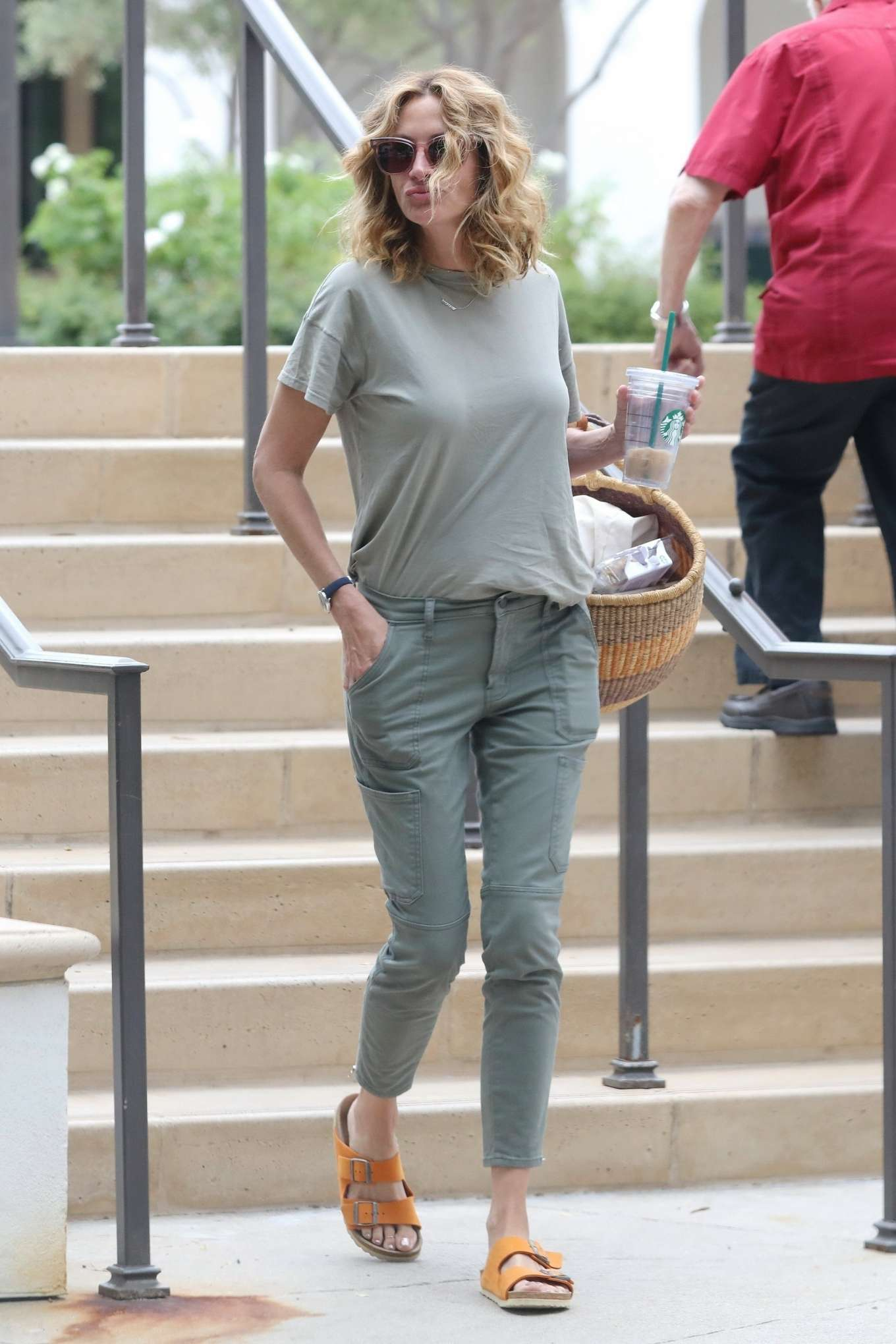 Julia Roberts 2019 : Julia Roberts – Shopping at Starbucks-02