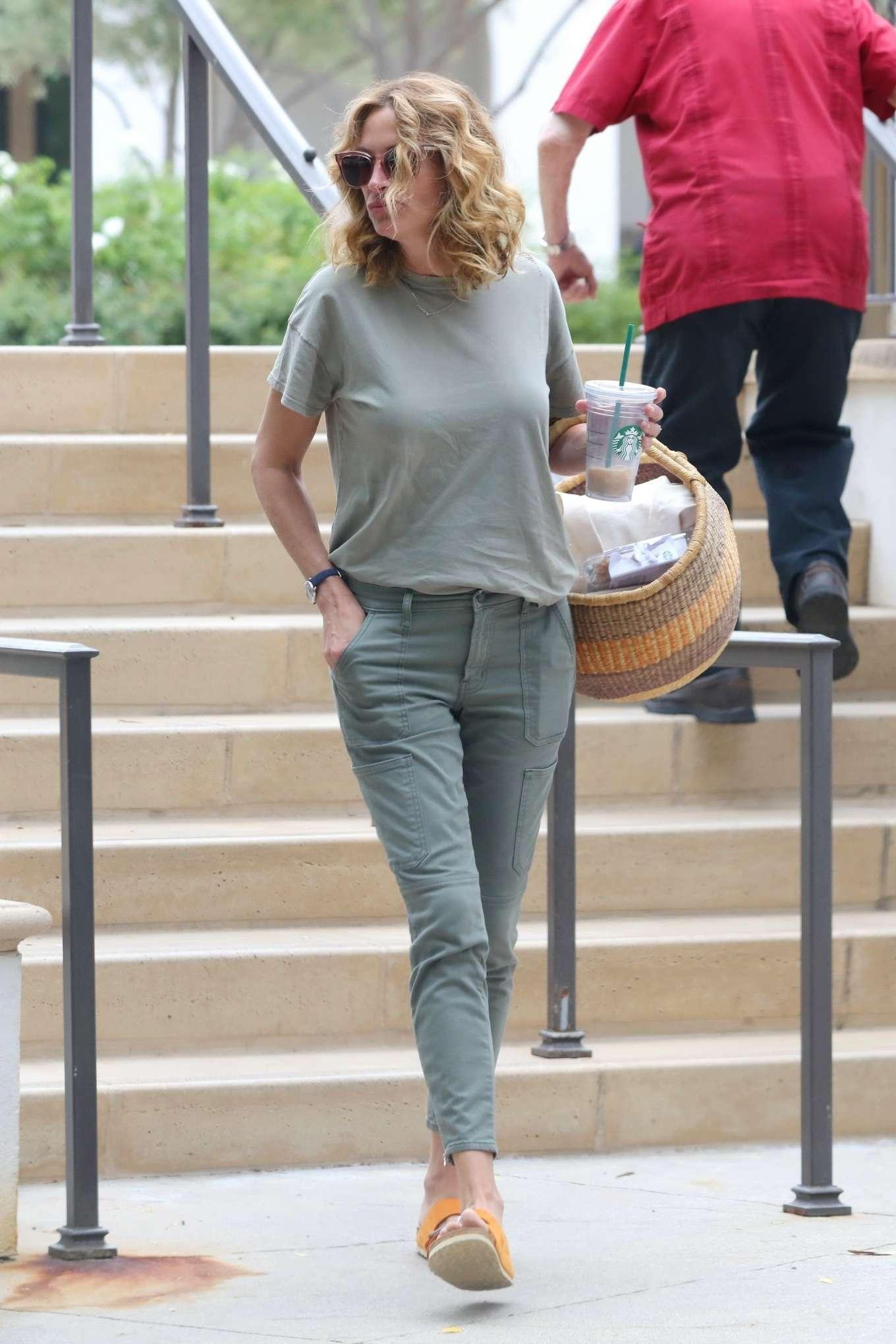 Julia Roberts 2019 : Julia Roberts – Shopping at Starbucks-08