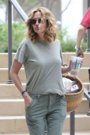 Julia Roberts - Shopping at Starbucks in Malibu