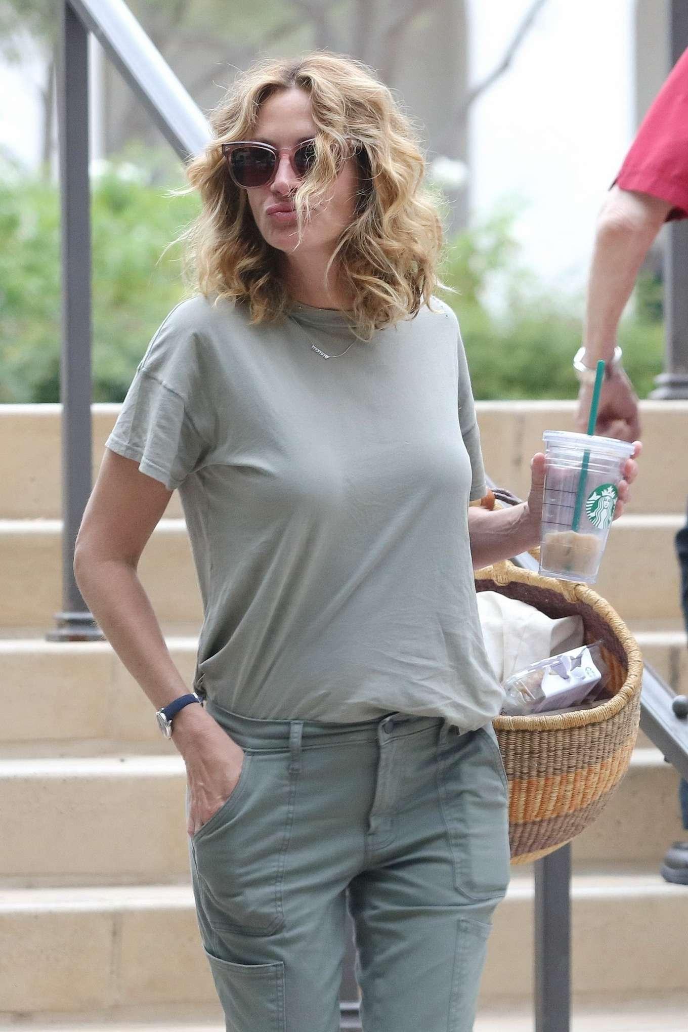 Julia Roberts - Shopping at Starbucks in Malibu