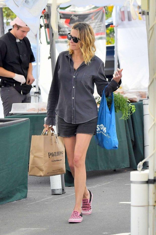 Julia Roberts - Shopping at the Farmers Market in LA