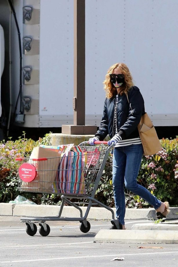 Julia Roberts - Shopping candids at CVS