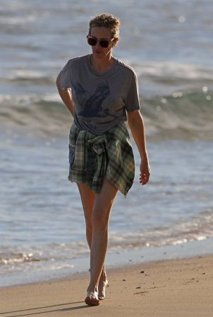 Julia Roberts - Solo beach walk in Hawaii