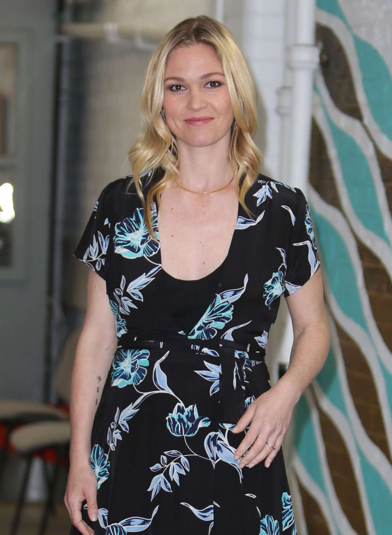 Julia Stiles 2017 : Julia Stiles: Leaves ITV Studios -05