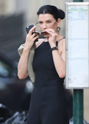 Julianna Margulies - Leaving her apartment in Soho