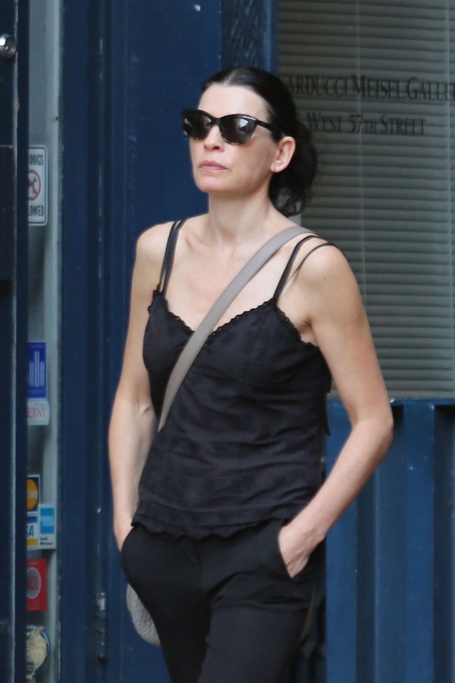 Julianna Margulies - Shopping in Soho