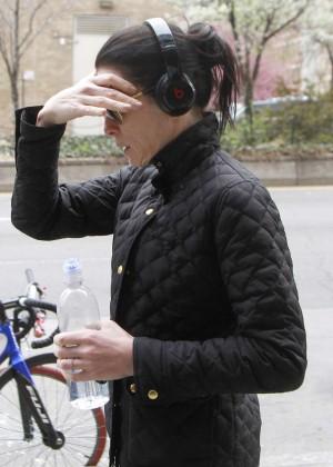 Julianna Margulies: Walking in NY -03