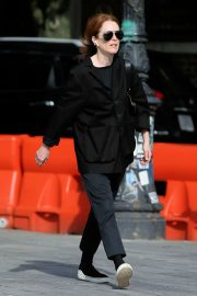 Julianne Moore - Arrives to yoga in New York City