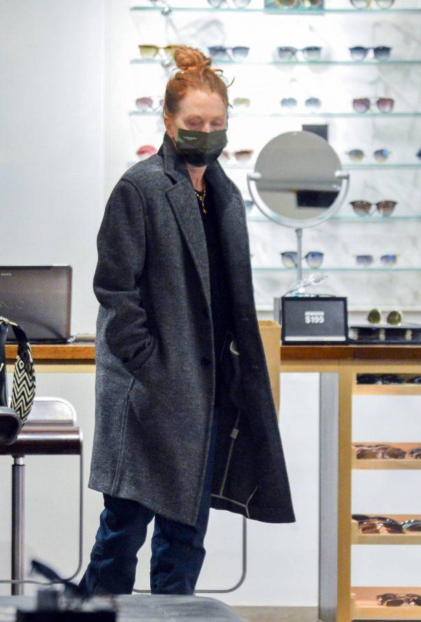 Julianne Moore - Eyeglass Shopping in New York City