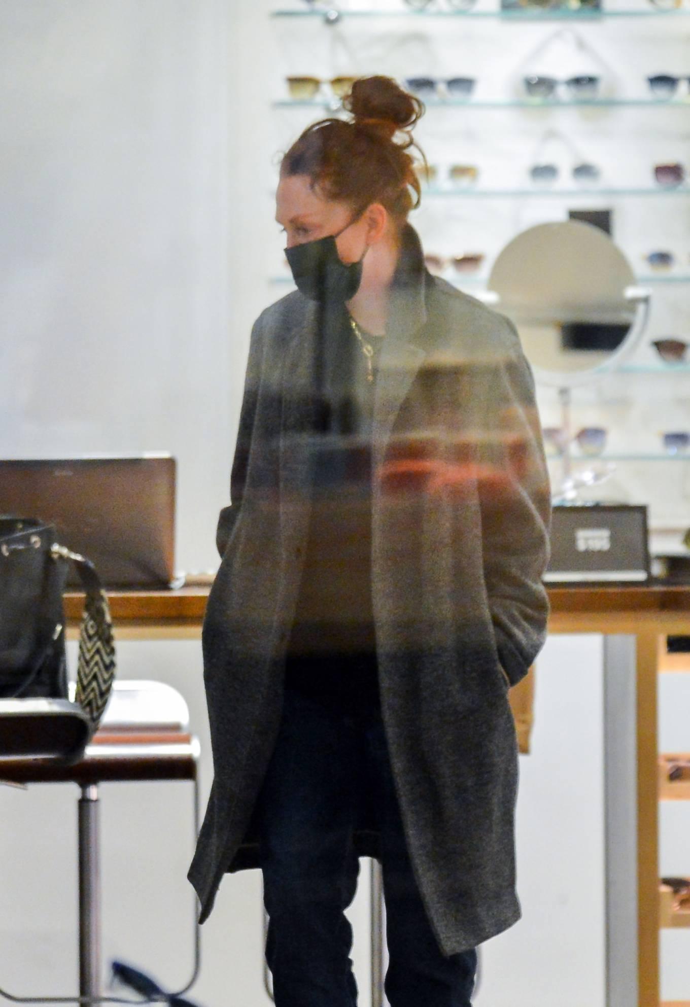 Julianne Moore 2020 : Julianne Moore – Eyeglass Shopping in New York City-04