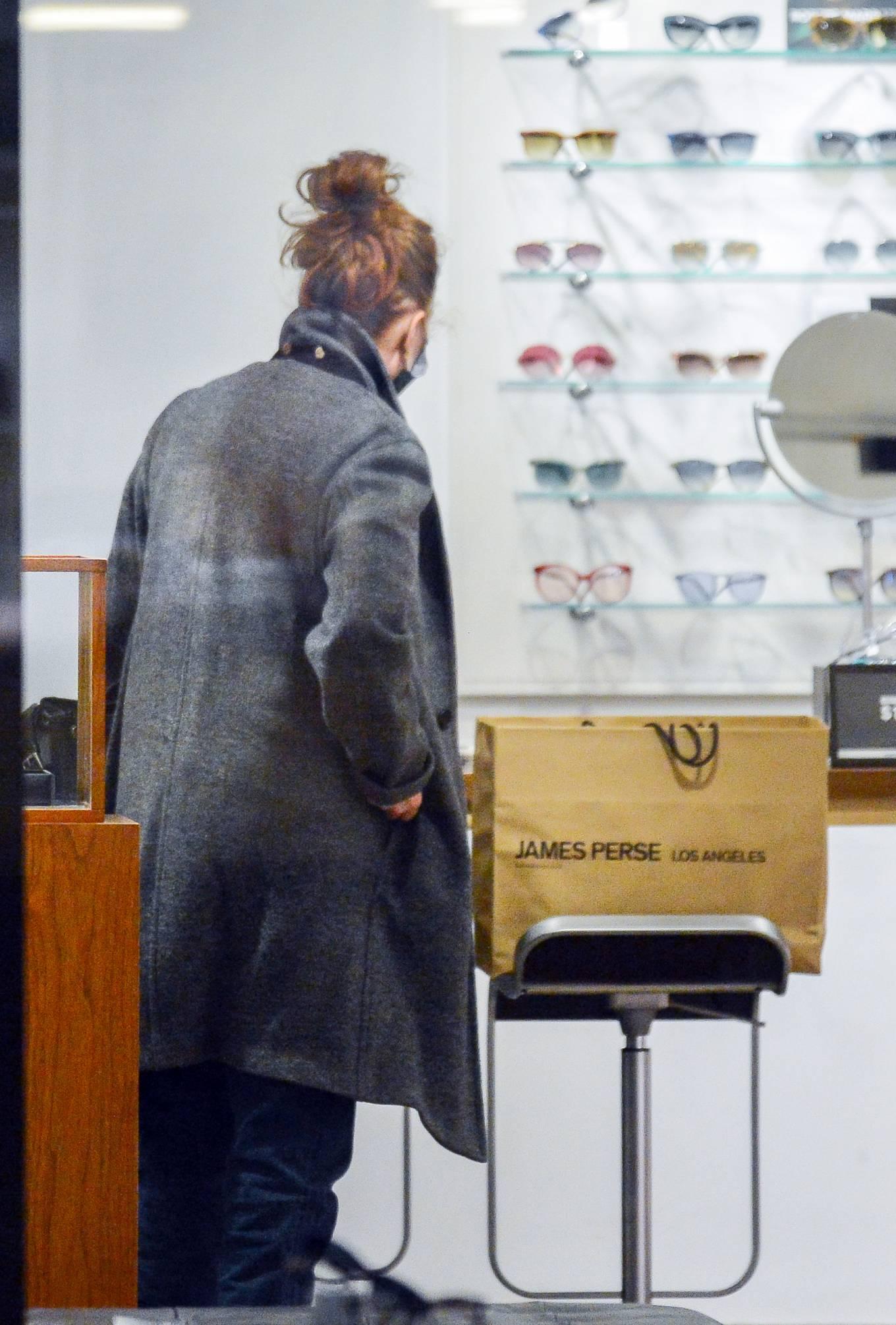 Julianne Moore 2020 : Julianne Moore – Eyeglass Shopping in New York City-06