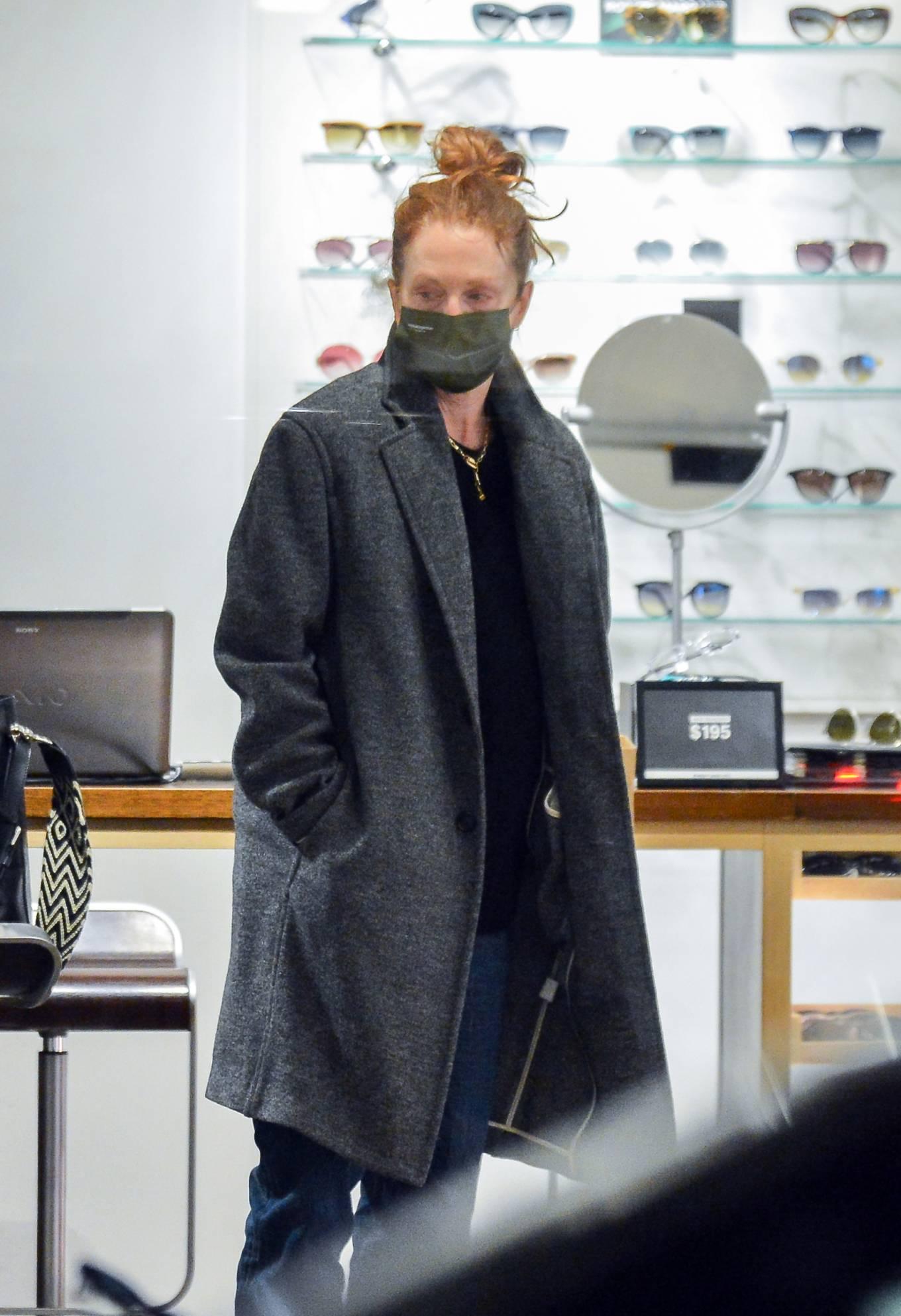 Julianne Moore 2020 : Julianne Moore – Eyeglass Shopping in New York City-07