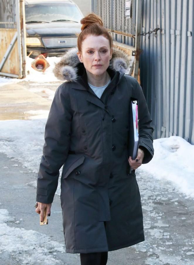 """Julianne Moore – Filming """"Maggie's Plan"""" in NYC"""