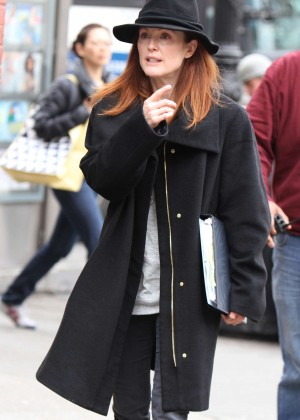 """Julianne Moore on the set of """"Maggie's Plan"""" in NYC"""