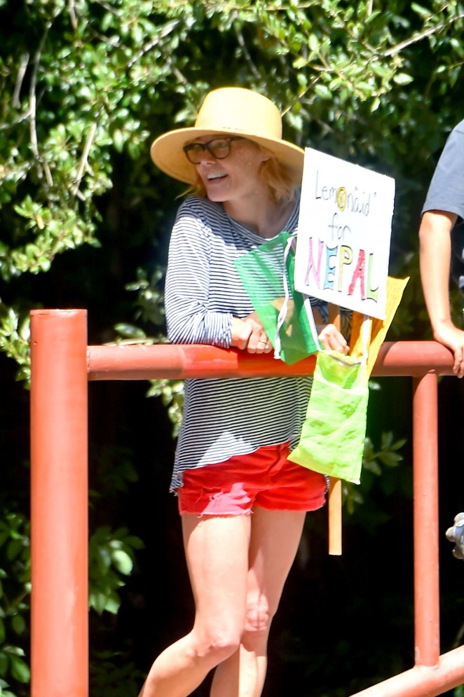 Julie Bowen - Raises Money for Nepal with a Lemonade stand at Fryman Canyon