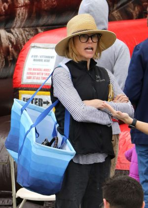 Julie Bowen - Shopping at Farmer's Market in Los Angeles