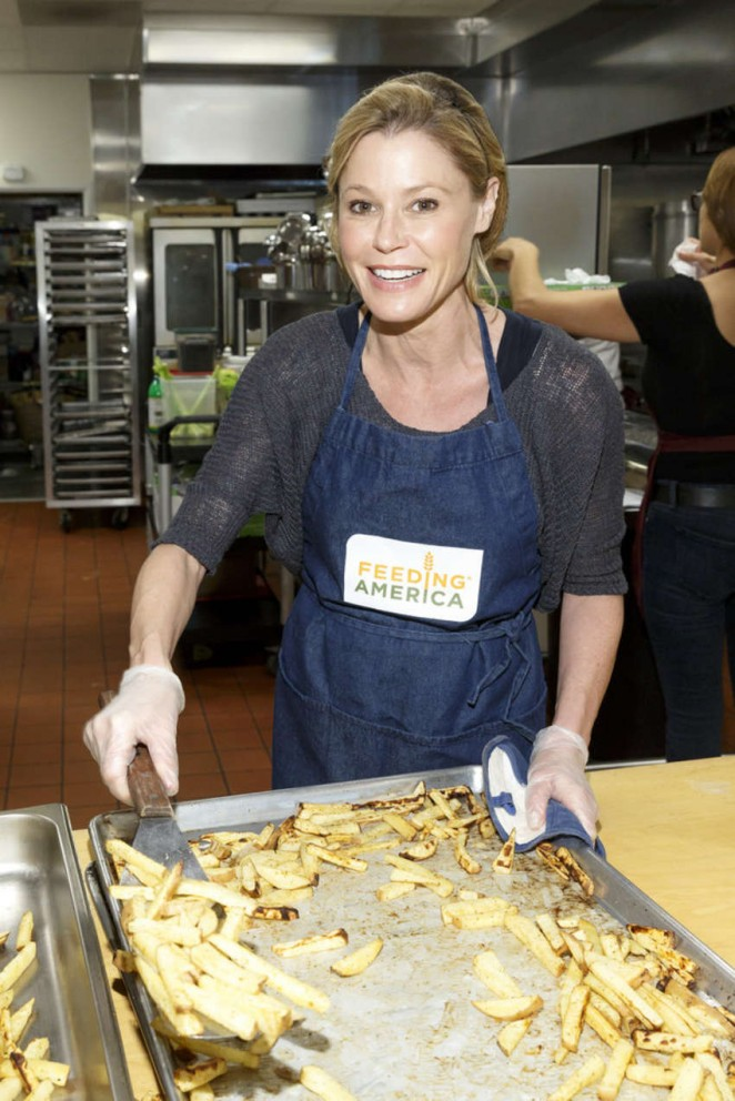Julie Bowen - Volunteers as Part of Feeding America's 'Hope for the Holidays' in LA