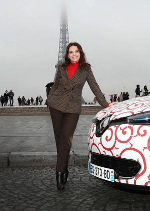 Juliette Binoche - During a shooting for Nissan and Renault in Paris