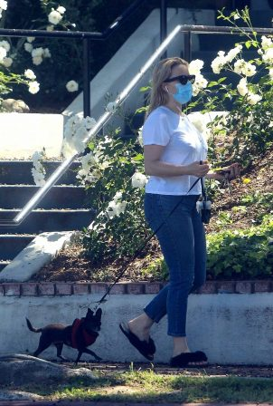 Kaitlin Doubleday - Braves the heat to take her dog for a walk in Beverly Hills
