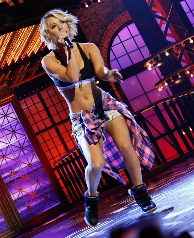 Kaley Cuoco dancing to Britney's I'm a slave 4 u! - YouTube