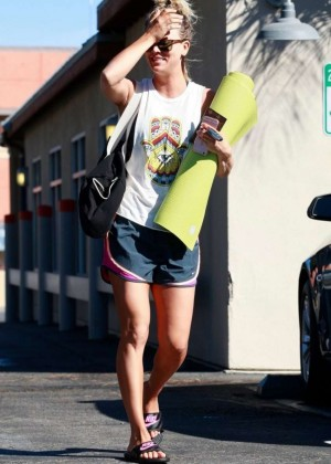 Kaley Cuoco: Leaving yoga class -12