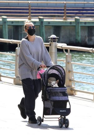 Kaley Cuoco - Pictured by Manhattan's Hudson River Park waterfront