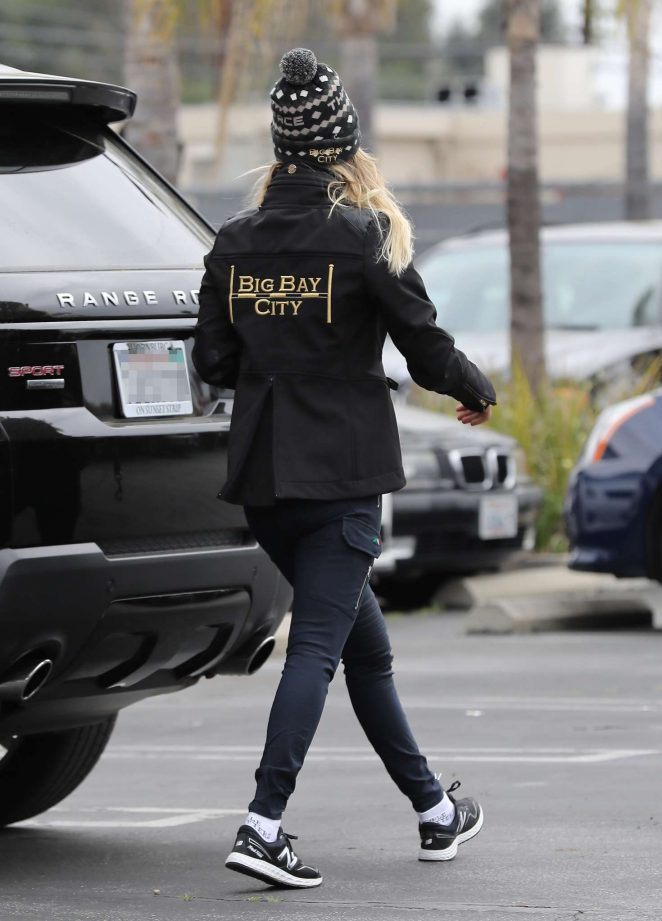 Access Woodland Hills >> Kaley Cuoco Takes Her Dog To Access Specialty Animal Hospital 03