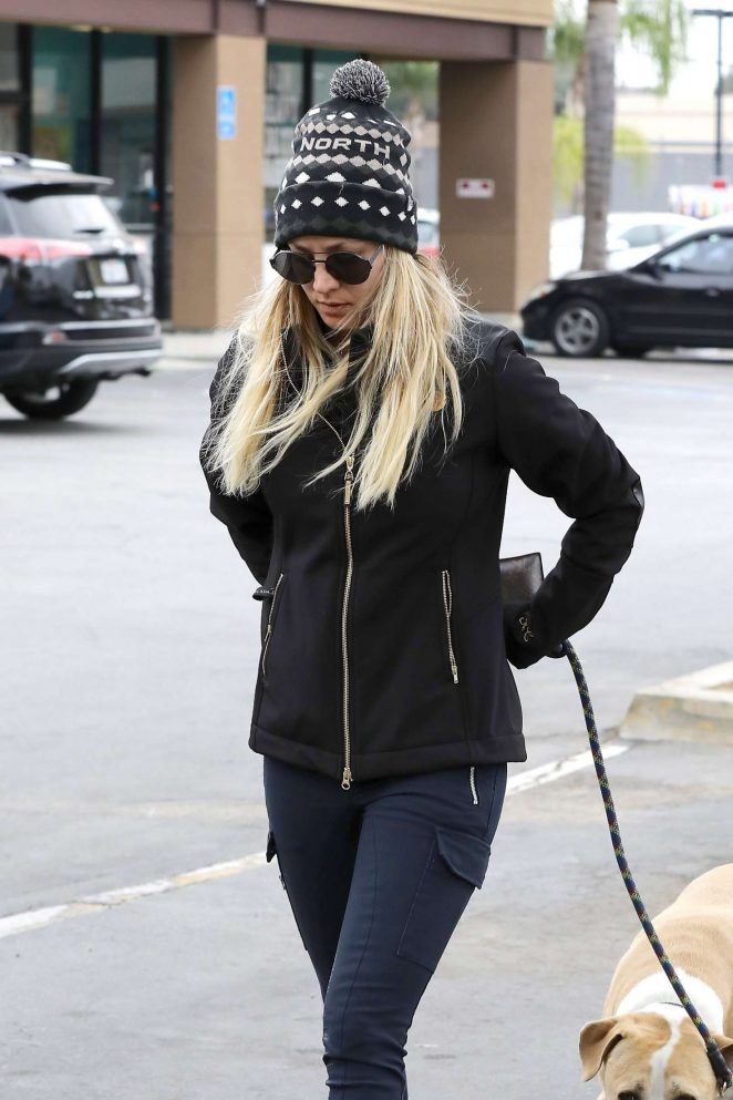 Kaley Cuoco - Takes her dog to ACCESS Specialty Animal Hospital in Woodland Hills