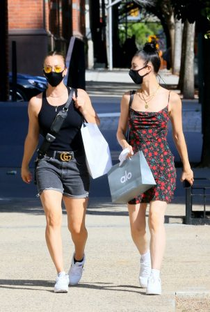 Kaley Cuoco with her sister Briana - Shopping candids in SoHo