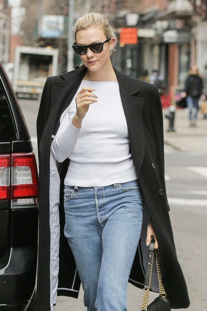 Karlie Kloss – Arrives home in NYC