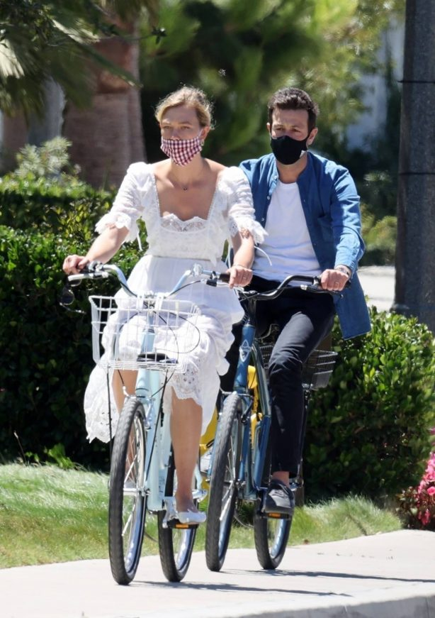Karlie Kloss - Bike ride with her fiance in Santa Monica