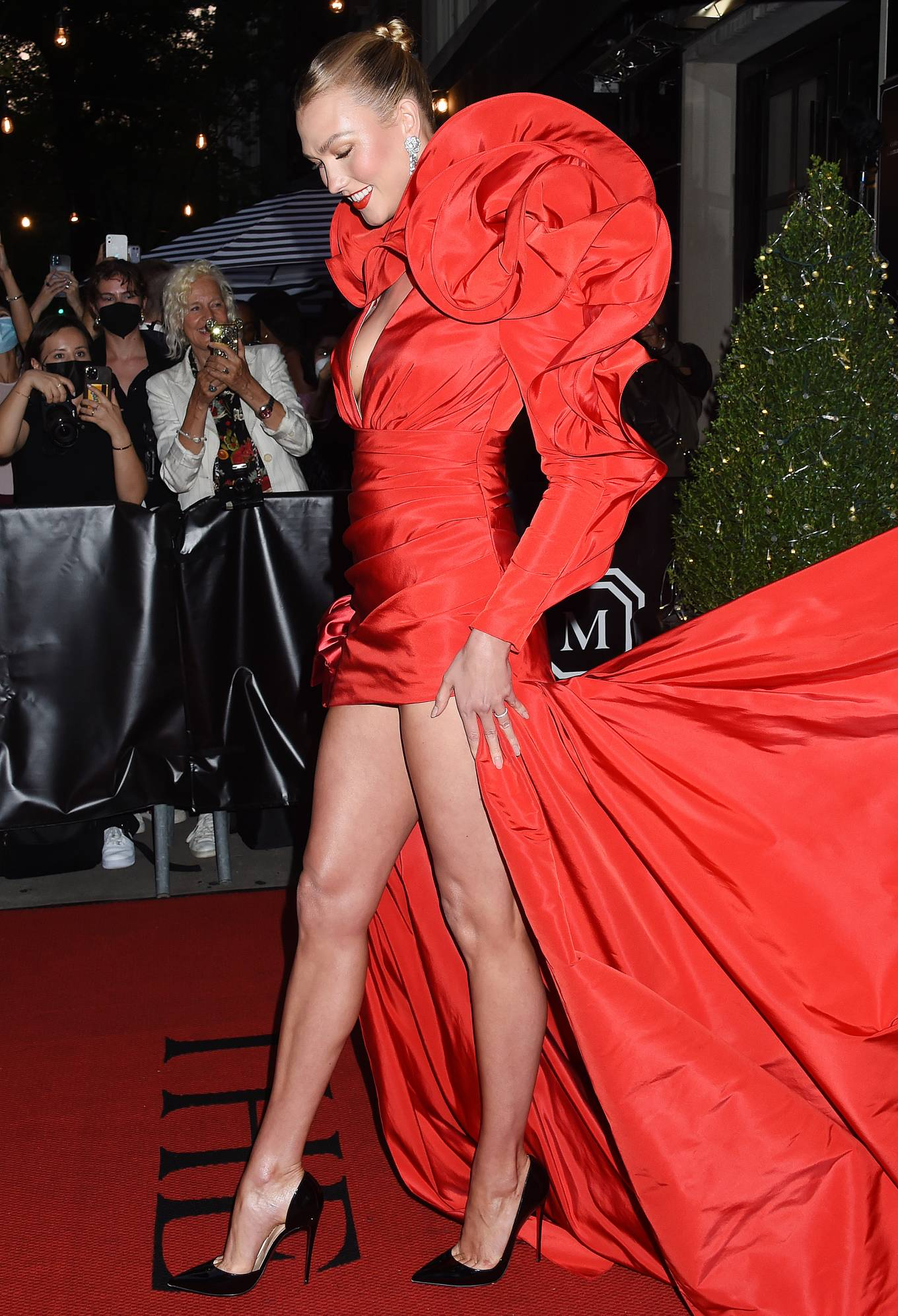 Karlie Kloss - Departing The Mark Hotel in New York City for the 2021 Met Gala