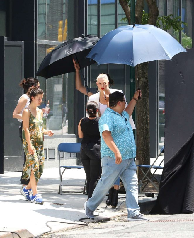 Karlie Kloss: Films a commercial in NYC -20