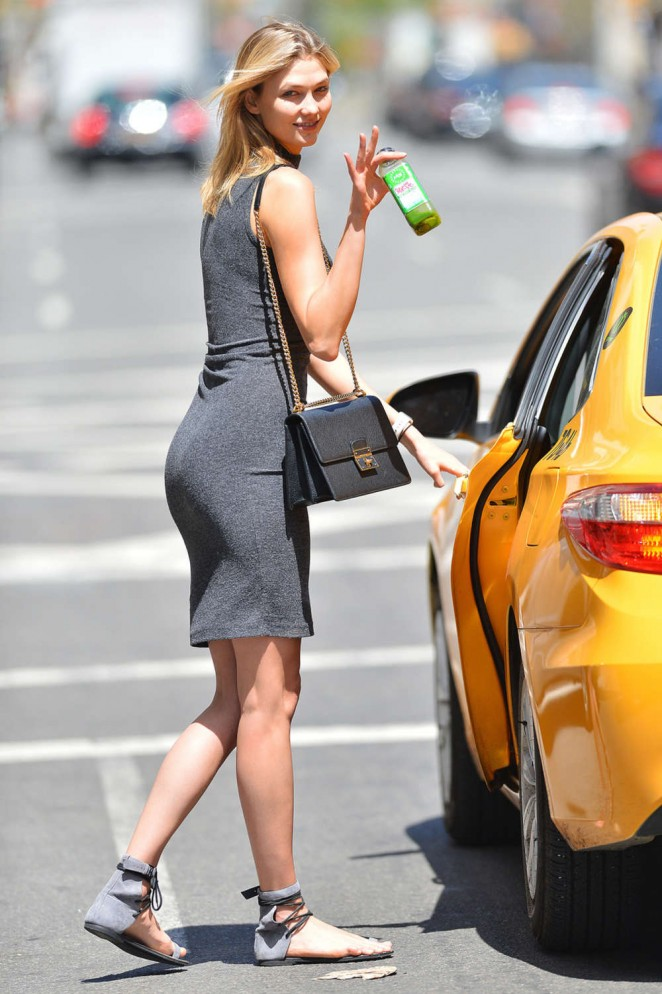 Karlie Kloss – Getting into a cab in NYC