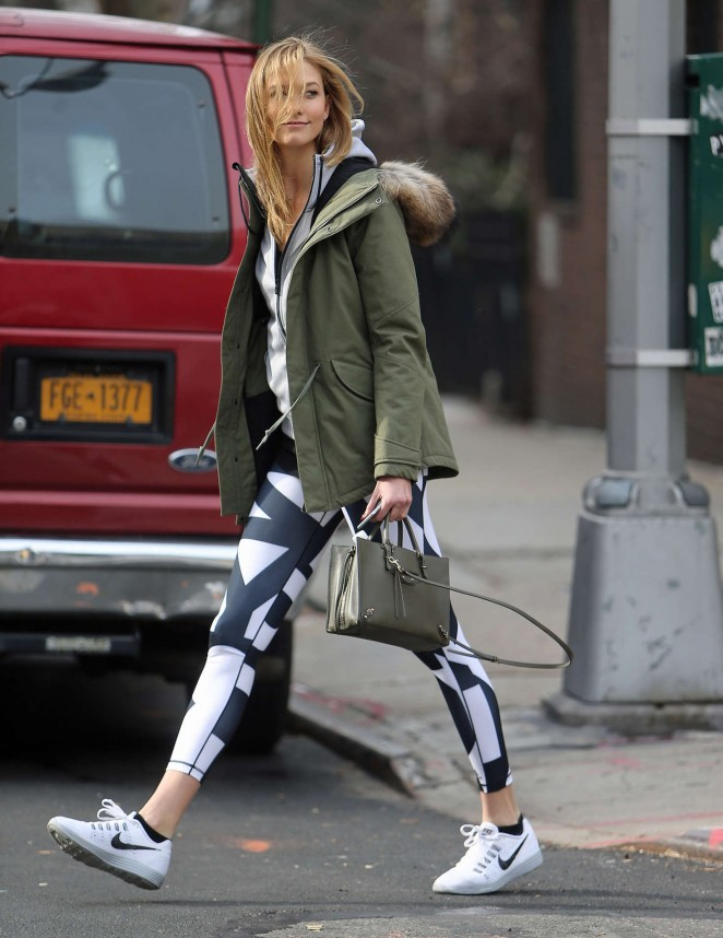 Karlie Kloss in tights heads to the gym -05