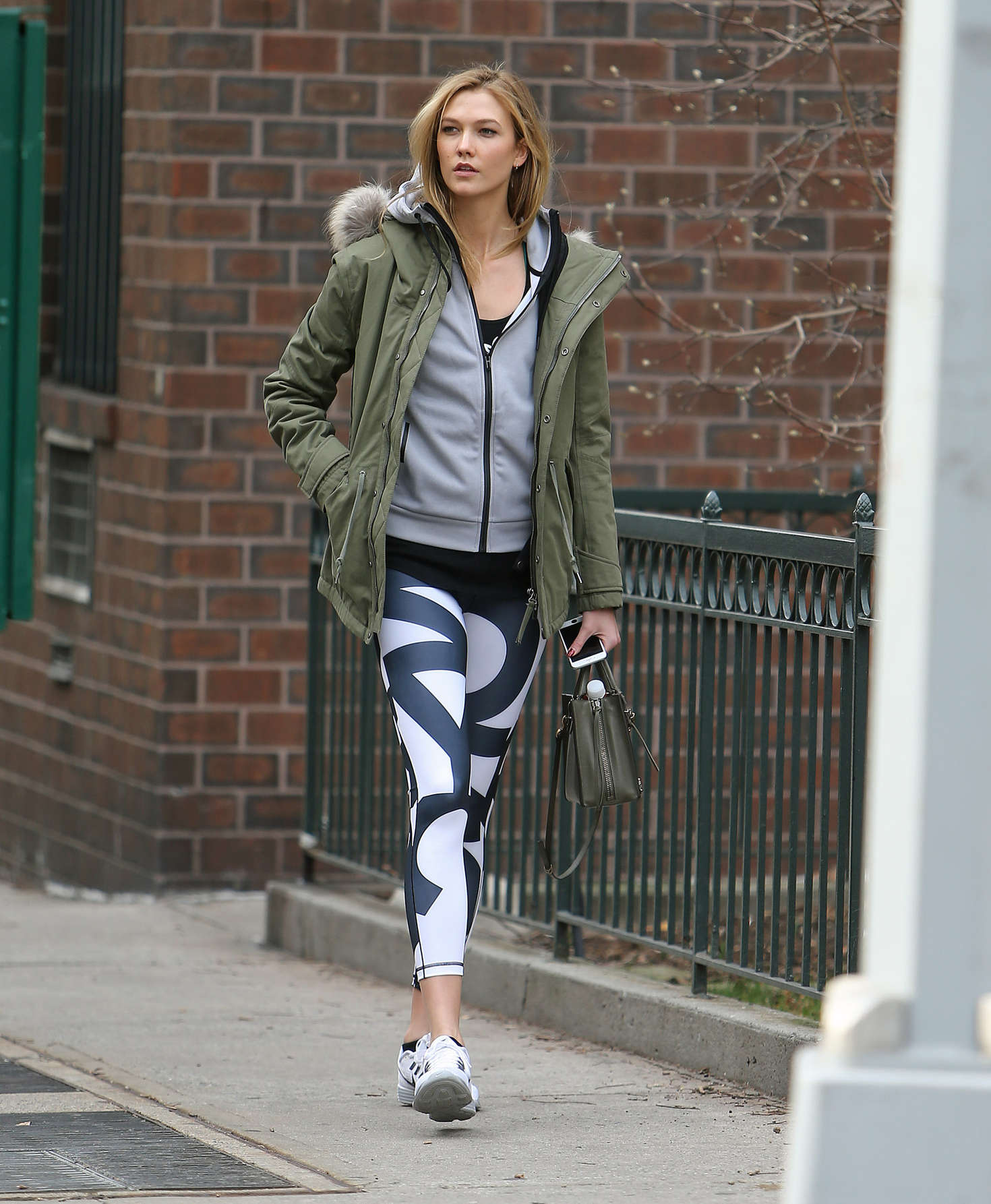Karlie Kloss in tights heads to the gym -08