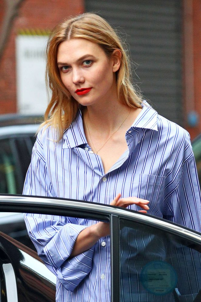 Karlie Kloss in tight jeans -15