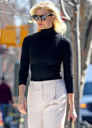 Karlie Kloss - Leaving her home in NYC